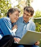 Ältere Paare, die Pläne bilden Stockfoto