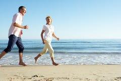 Ältere Paare, die romantischen Strand-Feiertag genießen Lizenzfreie Stockfotos