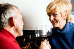 Ältere Paare, die Rotwein trinken Lizenzfreie Stockfotografie