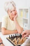 Ältere Paare, die Schach spielen Stockfotos