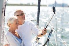 Ältere Paare, die selfie auf Segelboot oder -yacht nehmen Stockbilder
