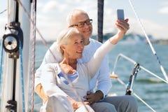 Ältere Paare, die selfie auf Segelboot oder -yacht nehmen Lizenzfreie Stockfotografie