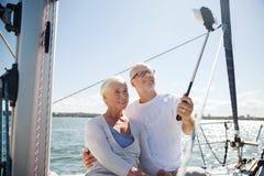Ältere Paare, die selfie auf Segelboot oder -yacht nehmen Stockfotografie