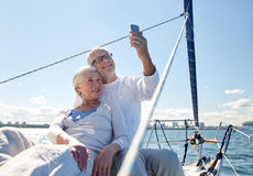 Ältere Paare, die selfie durch Smartphone auf Yacht nehmen lizenzfreie stockfotografie