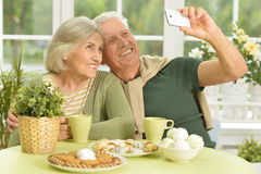 Ältere Paare, die selfie nehmen Stockbild
