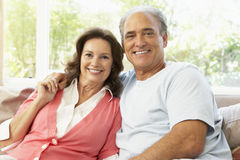 Ältere Paare, die sich zu Hause entspannen Stockfotografie
