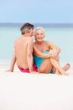 Ältere Paare, die sich zusammen auf schönem Strand entspannen Stockfotografie
