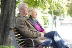 Ältere Paare, die sich zusammen entspannen Stockfotografie