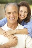 Ältere Paare, die sich zusammen im Garten entspannen lizenzfreies stockfoto
