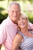 Ältere Paare, die sich zusammen im Park entspannen Stockfotografie