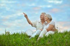 Ältere Paare, die am Sommerfeld stillstehen stockbilder
