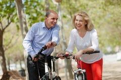 Ältere Paare, die in Sommerpark gehen Lizenzfreie Stockbilder