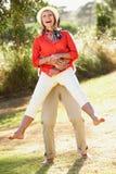 Ältere Paare, die Spaß zusammen im Garten haben Lizenzfreies Stockfoto