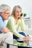 Ältere Paare, die Telefonhotline benennen Lizenzfreie Stockbilder