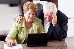 Ältere Paare, die um Unkosten sich sorgen stockbilder
