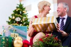 Ältere Paare, die Weihnachtsabend feiern Stockfotos