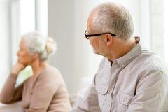 Ältere Paare, die zu Hause auf Sofa sitzen Stockfotografie