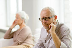 Ältere Paare, die zu Hause auf Sofa sitzen Lizenzfreies Stockbild