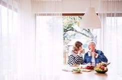 Ältere Paare, die zu Hause Frühstück essen lizenzfreies stockfoto