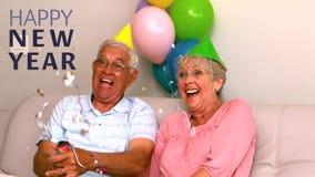 Ältere Paare, die zu Hause neues Jahr feiern stock video footage