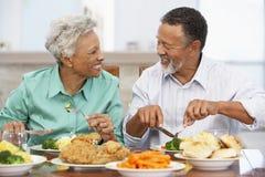 Ältere Paare, die zu Hause zu Mittag essen lizenzfreie stockfotos