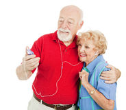 Ältere Paare, die zu MP3s hören Lizenzfreie Stockfotos