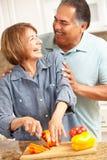 Ältere Paare, die zusammen kochen Lizenzfreie Stockfotos