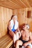 Ältere Paare, die zusammen sitzen Stockbilder