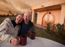 Ältere Paare draußen lizenzfreie stockfotografie