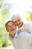 Ältere Paare draußen stockbild
