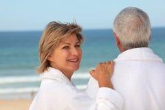 Ältere Paare draußen in den Bademäntel stockfoto
