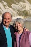 Ältere Paare durch das Meer. Stockfotos