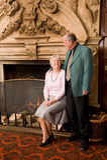Ältere Paare durch Kamin stockfotos
