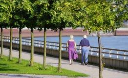 Ältere Paare an einem Bürgersteig Stockfotografie