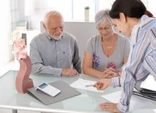 Ältere Paare am Finanzberater Stockfoto