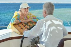 Ältere Paare haben eine Fahrt in einem Boot Stockfoto