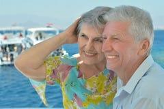 Ältere Paare haben eine Fahrt in einem Boot Stockbilder