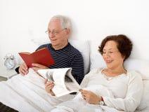 Ältere Paare im Bett Stockfotografie