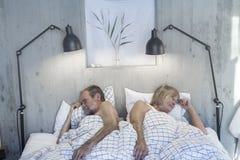 Ältere Paare im Bett lizenzfreie stockfotografie