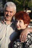 Ältere Paare im Freien. Sie lieben sich. stockbilder