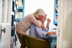 Ältere Paare im Innenministerium, das Laptop betrachtet stockfoto