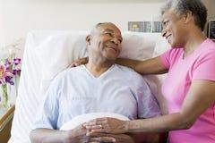 Ältere Paare im Krankenhaus-Raum Stockfotos