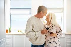 Ältere Paare im Ruhestand, die einen zarten Moment teilen Lizenzfreies Stockbild