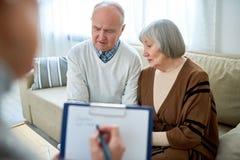 Ältere Paare im Therapeuten Office lizenzfreies stockbild