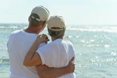 Ältere Paare in Meer Lizenzfreie Stockfotos