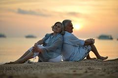 Ältere Paare in Meer Stockbild