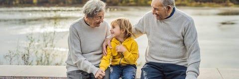 Ältere Paare mit Babyenkel im Herbstpark Urgroßmutter, Urgroßvater und Großenkel FAHNE stockfoto