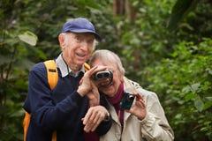 Ältere Paare mit Binokeln lizenzfreie stockfotografie