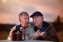 Ältere Paare mit Binokeln stockbilder