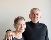 Ältere Paare mit den Armen um einander Stockbild